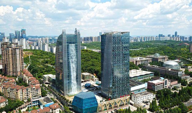 중국의 어느 고층빌딩에 세계 최대의 인공폭포가