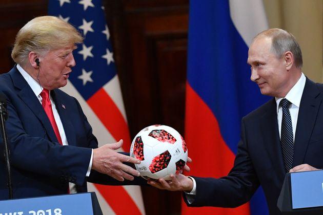 Bloomberg: Τσιπάκι μετάδοσης διαφημιστικών μηνυμάτων στη μπάλα που δώρισε ο Πούτιν στον