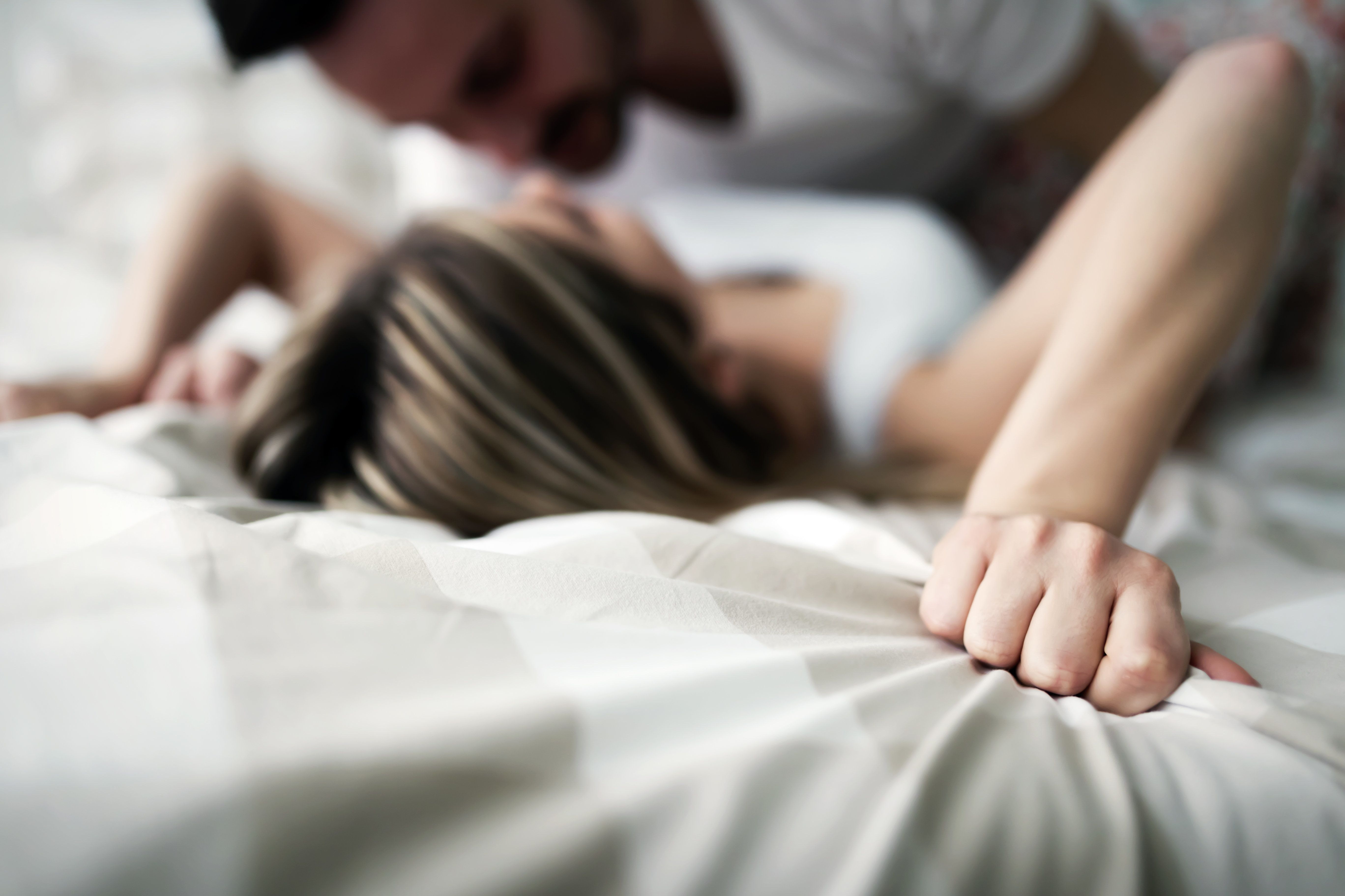 Während des Eisprungs fühlen sich Frauenstärker zu ihrem Partner hingezogen.