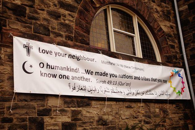 '네 이웃을 사랑하라'라는 성경 구절과 코란(이슬람교 경전)의 구절이 함께