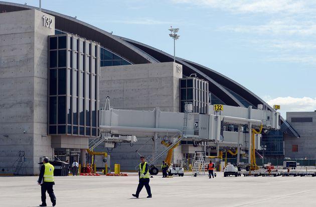 공항 바닥에 떨어진 인형이 주인을 찾기 위해 편지를