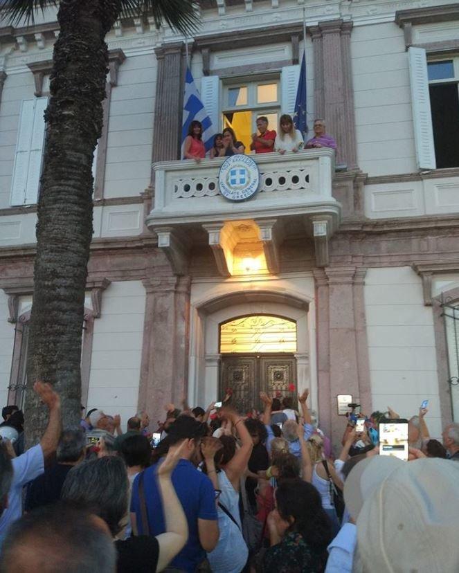«Κρατάτε γείτονες»: Τούρκοι πολίτες στο ελληνικό προξενείο της Σμύρνης σε ένδειξη συμπαράστασης για τις