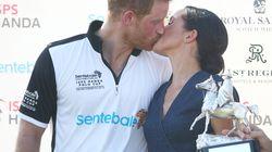 Plötzlich ein royaler Kuss: Meghan knutscht Harry auf Polospiel – nur einer freut sich