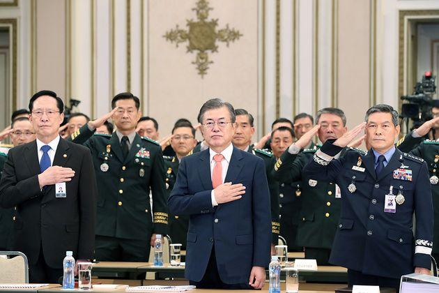 문재인 대통령이 27일 오후 청와대 영빈관에서 열린 전군 주요지휘관 회의에서 송영무 국방부 장관을 비롯한 참석 지휘관들과 국민의례를 하고