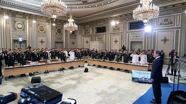 27일 청와대 영빈관에서 열린 전군 주요 지휘관 회의 국방개혁2.0 보고대회에 참석한 지휘관들이 문재인 대통령에 대한 경례를 하고