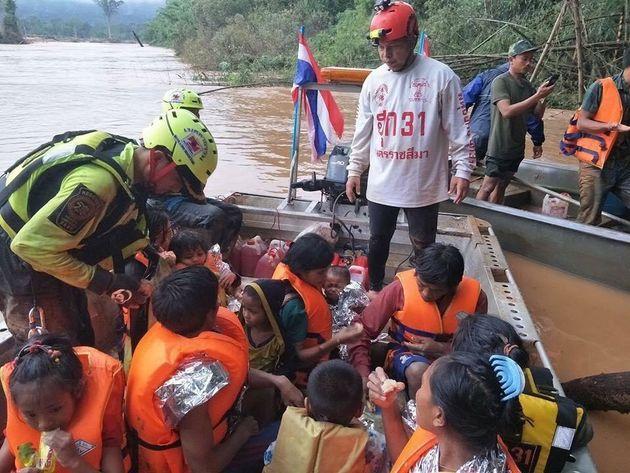 Λάος: Ένα μωρό που κλαίει στην αγκαλιά των διασωστών του προσωποποιεί την καταστροφή στη