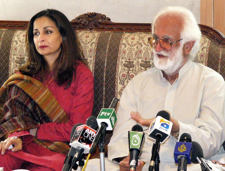 발루치스탄 지도자아크바르 칸 북티(오른쪽)는 이후 '사고'로 규정된 사건으로 정부군에 의해 목숨을 잃기 전까지 파키스탄 주류 정계에서