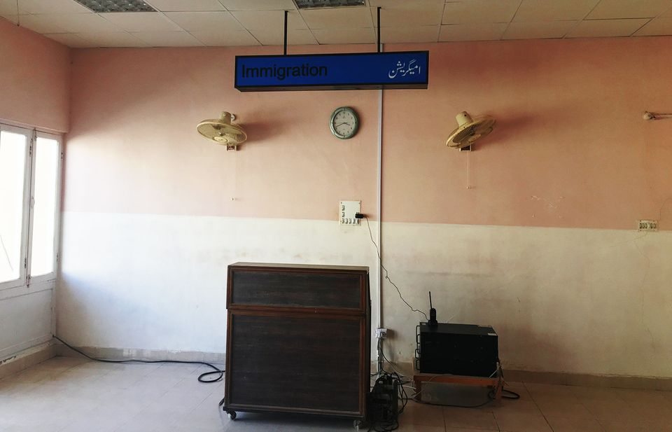 중국과 파키스탄 정부의 경제협력 논의에도 불구하고 2016년에 촬영한 이 공항처럼 과다르의 시설들은 여전히 낙후된