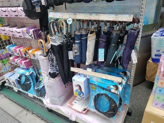 24일 낮 일본 도쿄 주오구 상점에 양산과 모자 등 폭염에 대비한 물건들이 진열되어
