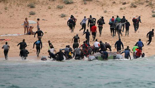 Partis du Maroc, des migrants rejoignent les côtes espagnoles sous le regard des vacanciers