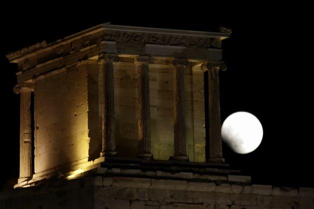 Το «ματωμένο» φεγγάρι σε όλο τον κόσμο μέσα από 9 υπέροχες