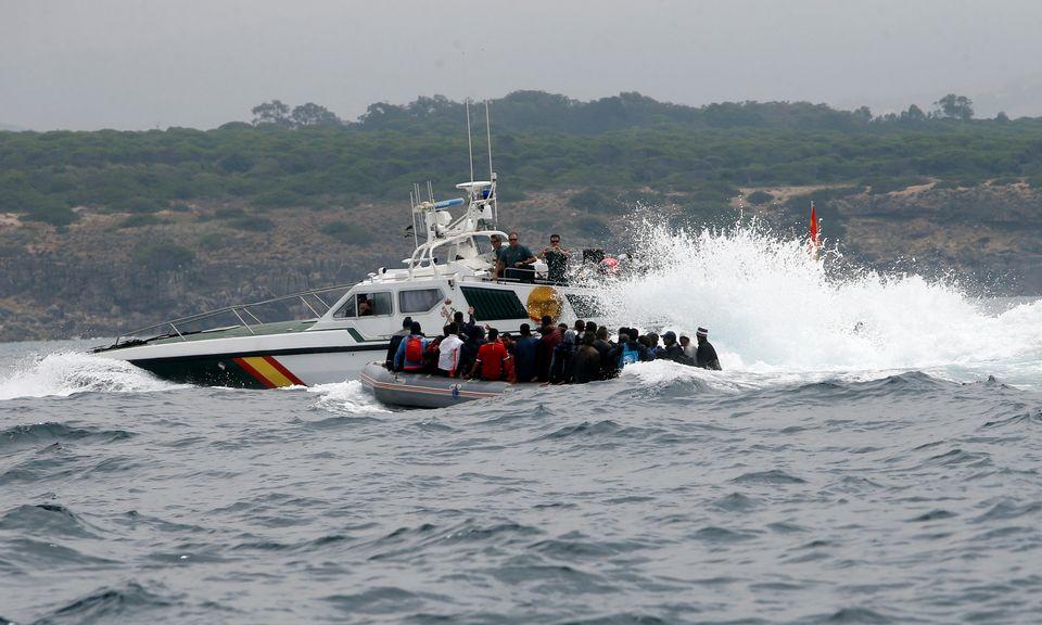 Partis du Maroc, des migrants rejoignent les côtes espagnoles sous le regard des