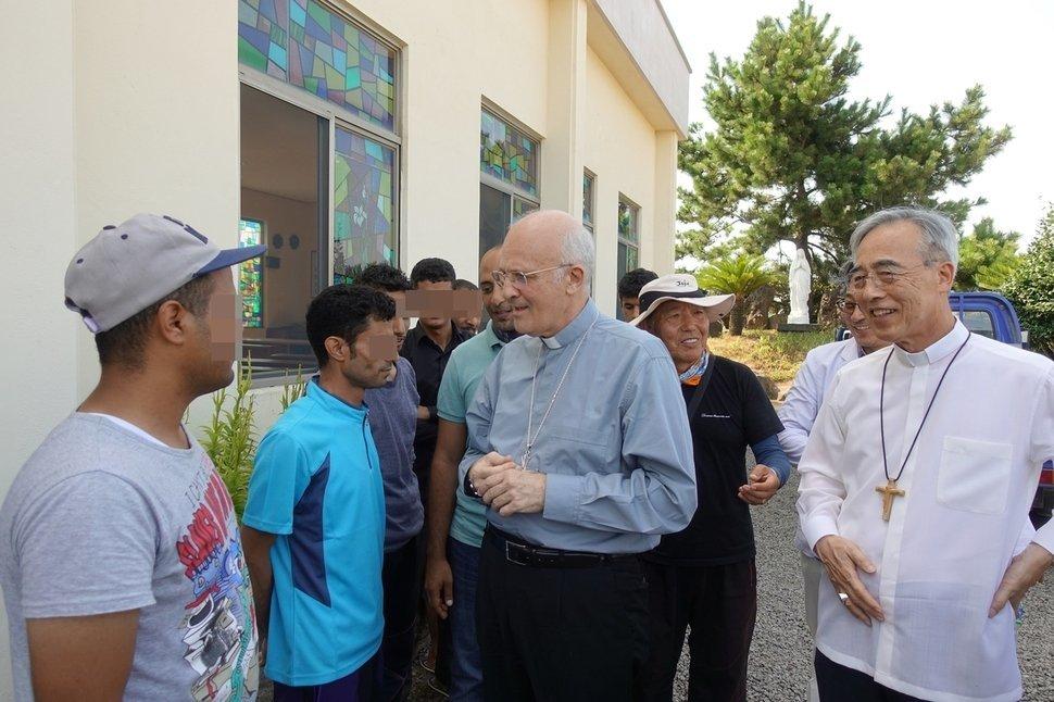 주한교황대사 슈에레브 대주교와 천주교 제주교구장인 강우일 주교가 28일 오후 서귀포시 대정읍의 한 공소에 머무는 예멘 난민들을 만나고
