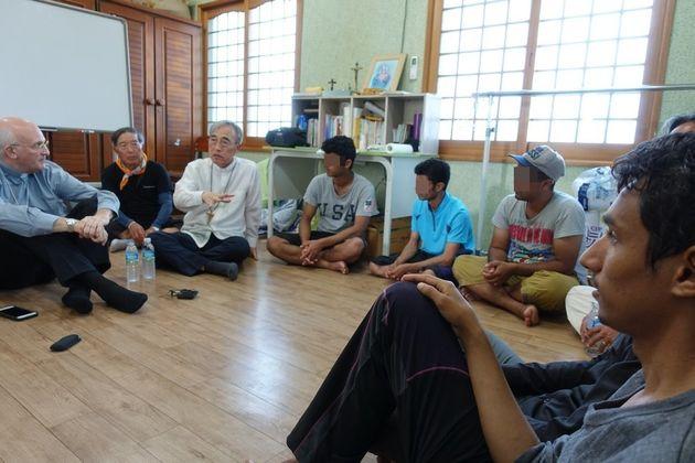 주한교황대사 슈에레브 대주교와 강우일 주교가 28일 오후 서귀포시 대정읍의 한 공소에서 예멘 난민들과 대화를 나누고