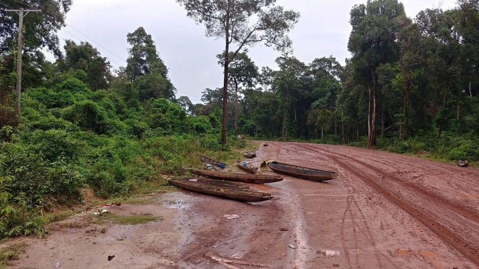 댐 붕괴로 물폭탄을 맞은 라오스 아타프주 꼬껑마을로 가는 길목에 범람 당시 주민들이 타고 다닌 것으로 보이는 배가 길 위에 놓여 있다.