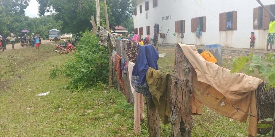 댐 붕괴 사고로 터전을 잃은 주민들이 모인 라오스 아타프주 사남사이 대피소 울타리에 28일 빨래들이 널려