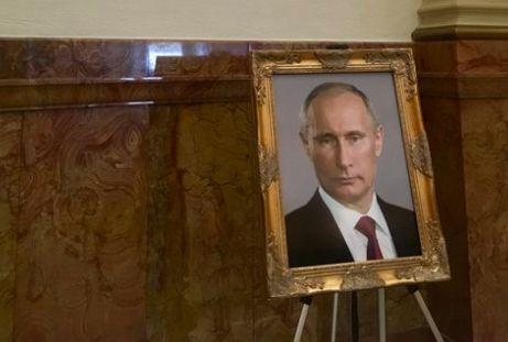 Präsidenten-Galerie: Scherzbold packt Putin-Bild in Trumps