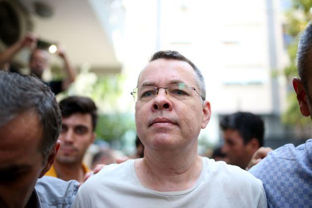 Ο αντιπρόεδρος των ΗΠΑ απειλεί εκ νέου την Τουρκία με κυρώσεις για την παράταση της κράτησης του αμερικανού