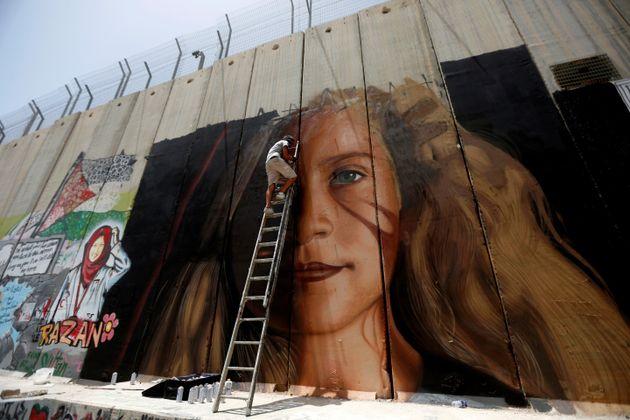 Ελεύθεροι οι ιταλοί καλλιτέχνες που συνέλαβαν Ισραηλινοί επειδή ζωγράφισαν το πρόσωπο της Άχεντ Ταμίμι...