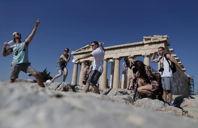 Handelsblatt : «Ακόμα και οι πυρκαγιές δεν επηρεάζουν τον τουρισμό στην