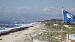 Αφαιρέθηκαν οι «Γαλάζιες Σημαίες» από 38 ελληνικές ακτές. Ποιες είναι