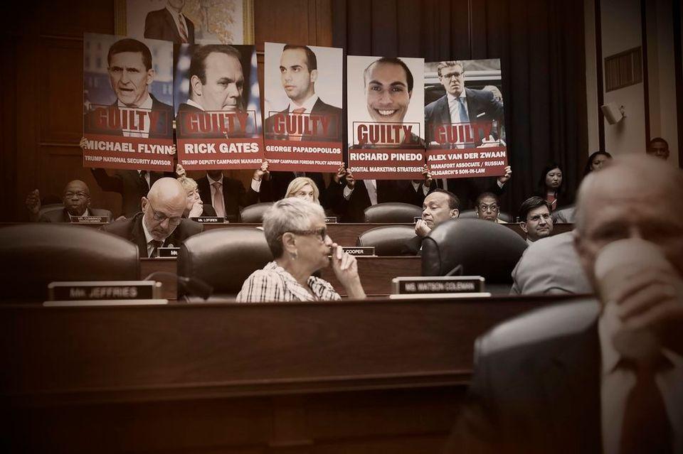 엘리야 커밍스 하원의원(민주당, 메릴랜드) 측이 7월12일 하원 청문회장에서 들고나온 피켓. 로버트 뮬러 특검에 혐의를 인정한 트럼프 전현직 측근들이 사진에