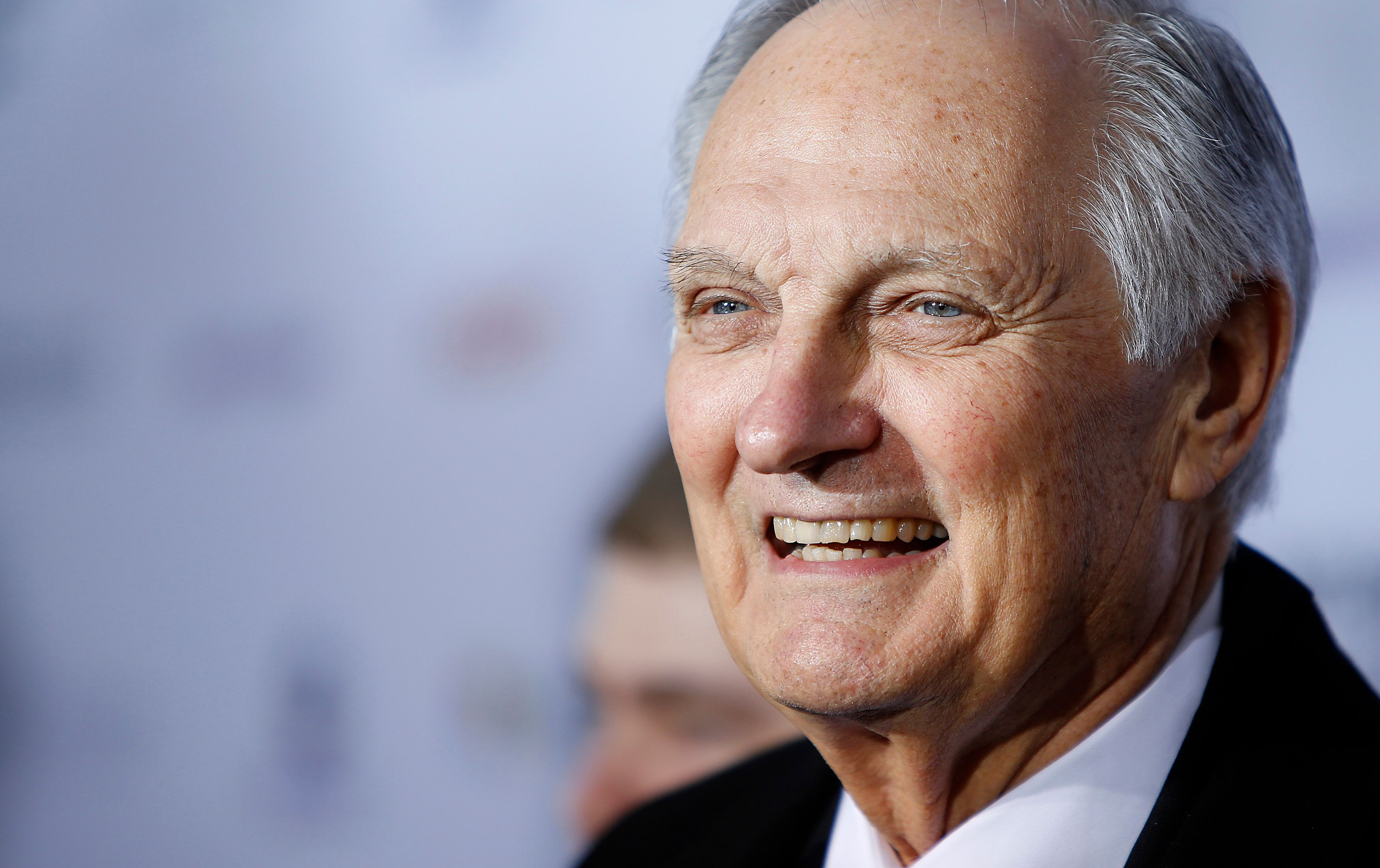 Actor Alan Alda arrives for the International Emmy Awards in New York, November 19, 2012.   REUTERS/Carlo Allegri  (UNITED STATES - Tags: ENTERTAINMENT)