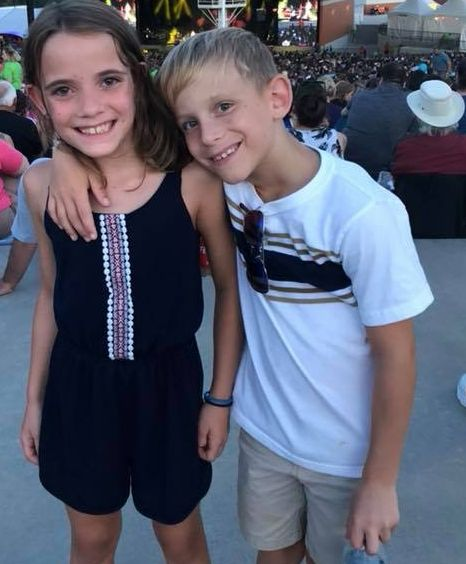 Kinder weinen, weil sie nicht auf ein Konzert dürfen – bis eine fremde Frau auftaucht