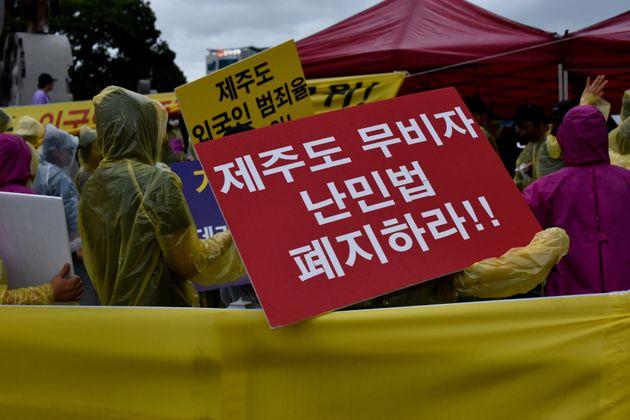 박상기 법무장관이 '제주 난민 반대 청원'에