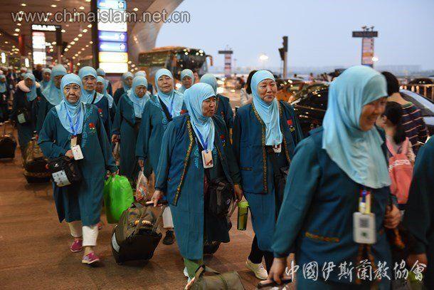 중국이슬람협회가 지난 27일 누리집에 메카 순례에 나선 자국 무슬림들의 사진을 공개했다. 목에 파란색 끈으로 건 카드는 위성 장비와 개인정보를 담은 '스마트카드'인 것으로