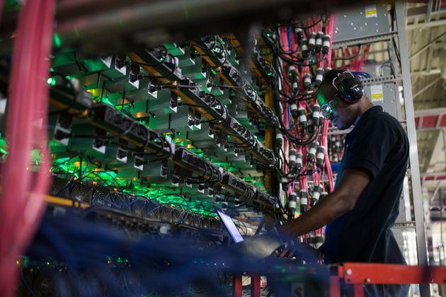 Un technicien dans une ferme de minage de cryptomonnaie à Saint-Hyacinthe, au Québec (Canada),...