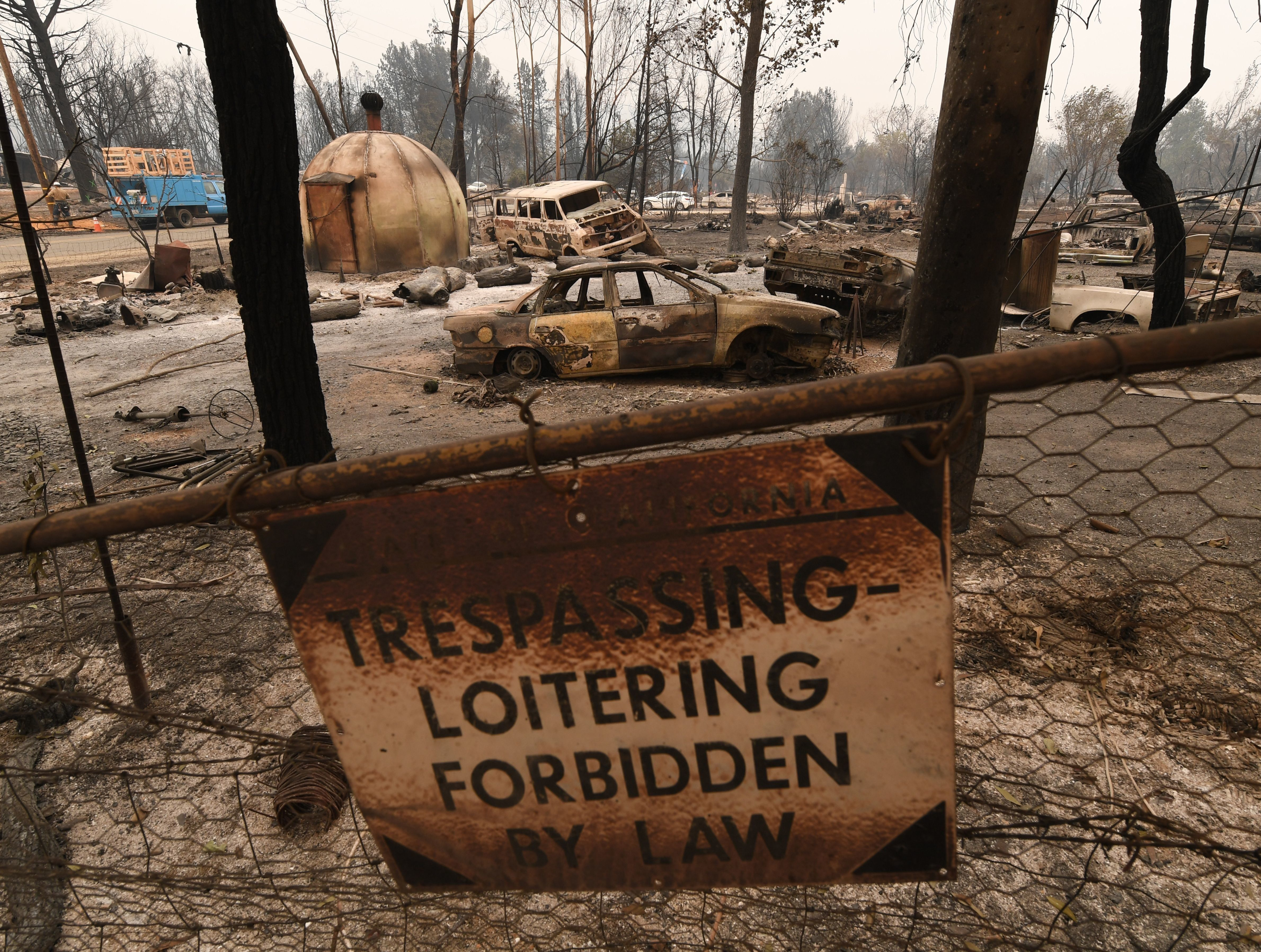 Burnt house and cars in the Keswick neighborhood of Redding, as the Carr fire continues to spreads towards the town of Douglas City near Redding, California on July 31, 2018. (Photo by Mark RALSTON / AFP)        (Photo credit should read MARK RALSTON/AFP/Getty Images)