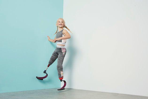 양다리에 의족을 한 이 8살짜리 소녀가 영국 패션계 돌풍을 일으키고