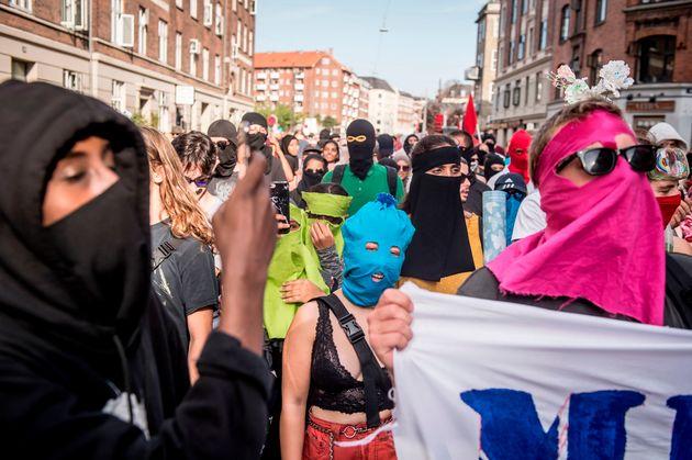 덴마크 무슬림 여성들이 얼굴 가리기 금지 반대 시위를