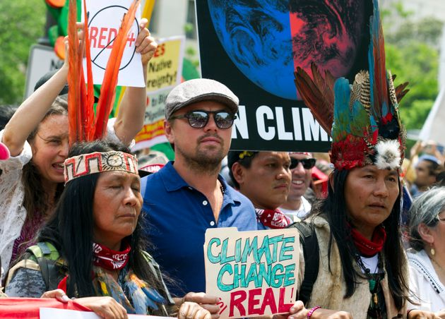 L'acteur américain Leonardo DiCaprio marche avec un groupe d'indigène d'Amérique...