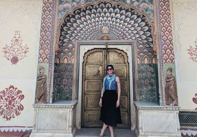 La autora en Jaipur, India, trabajando en el encargo de una