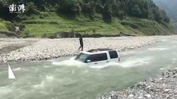 Chinese will Auto im Fluss waschen – plötzlich wird der Damm