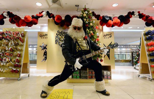 Έχει και η υπερβολή τα όρια της. Εμπορικό κέντρο στην Αγγλία έφερε τον Άι Βασίλη και τα χριστουγεννιάτικα...