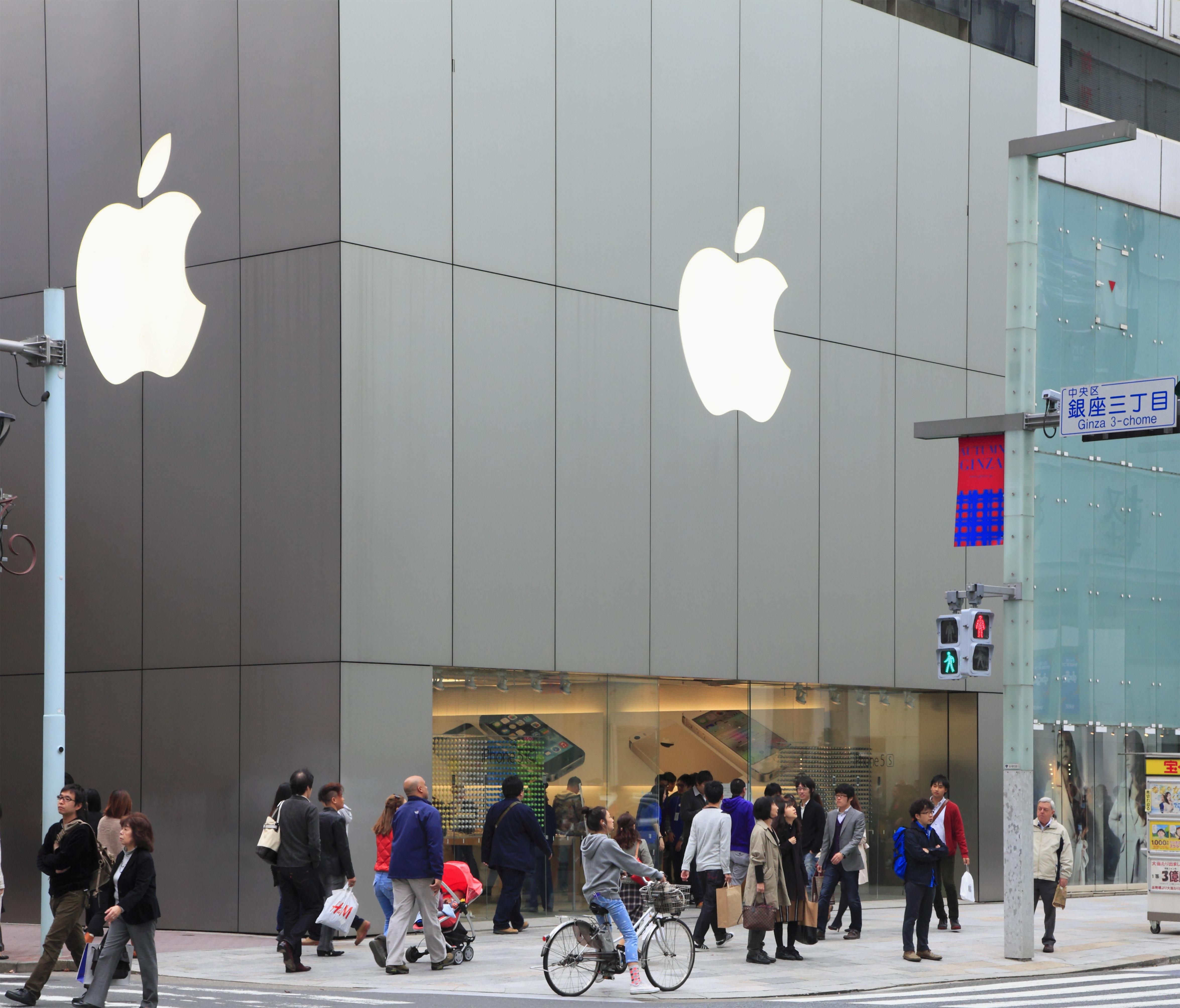 Πως η Apple -που ιδρύθηκε σε ένα γκαράζ- έγινε η πρώτη εταιρία του 1 τρισ.