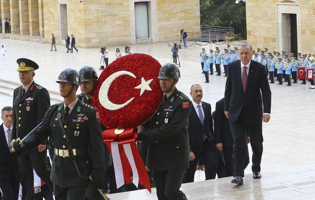 Στα πόδια του Ερντογάν ο τουρκικός