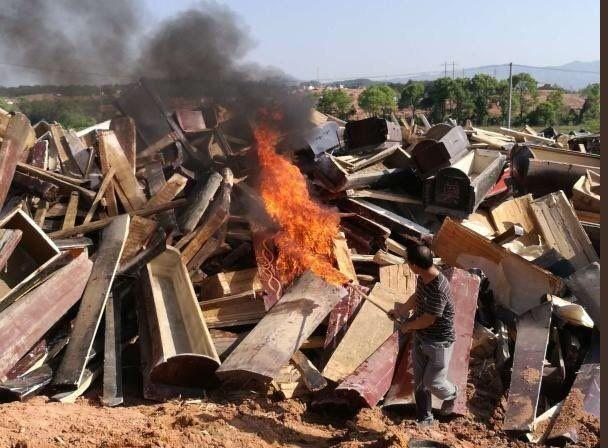 Κίνα: Χάος με τις «πράσινες κηδείες». Οι αρχές καταστρέφουν φέρετρα προσπαθούν να επιβάλουν την