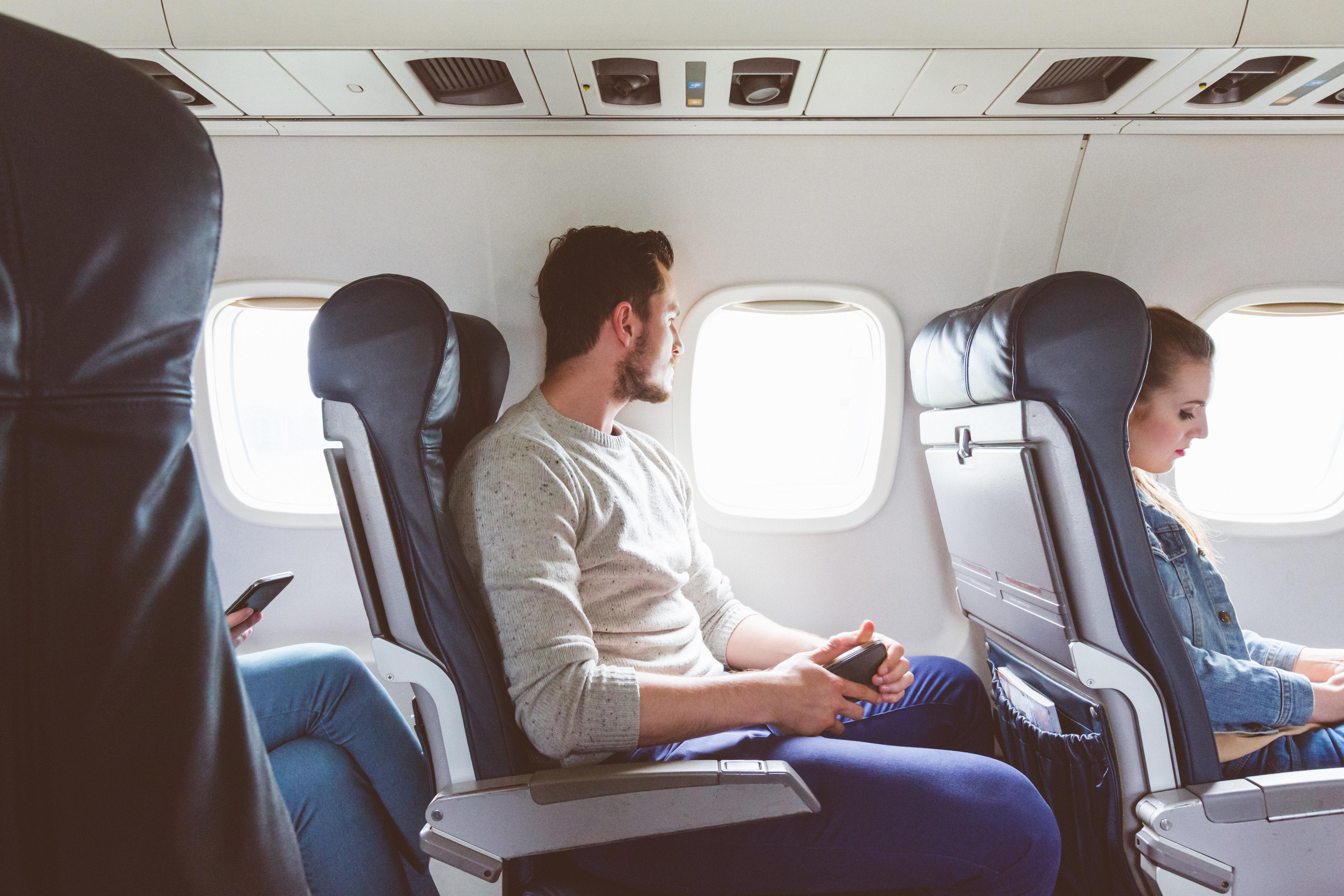 Airline schmeißt schwules Paar aus Flugzeug – weil es seinen Platz nicht tauschen wollte
