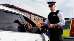 Polizei hält Autofahrer an –als sie in den PKW schaut, schreibt sie sofort einen