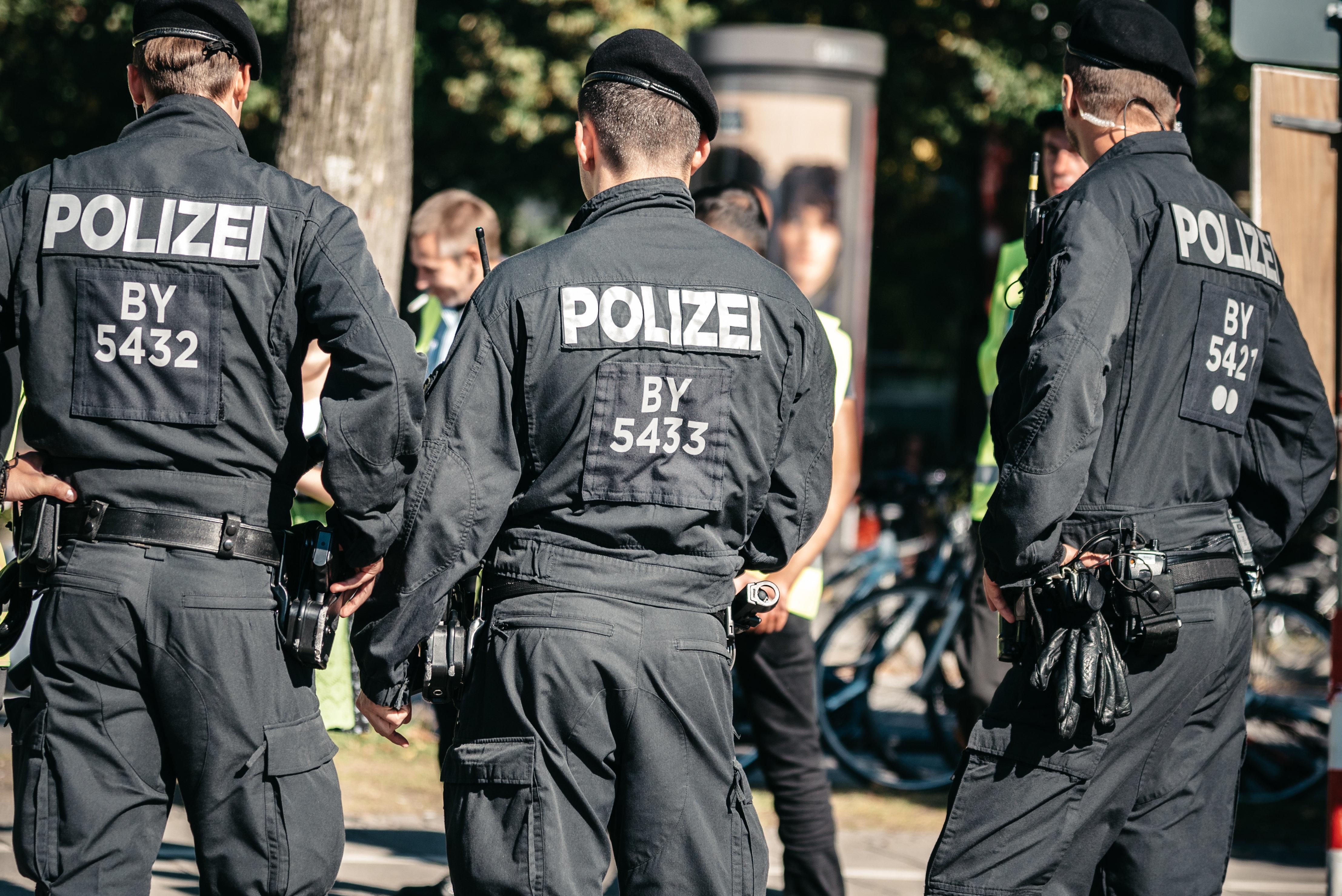 Vier Männer prügeln in München brutal einen Mann nieder – und Gaffer filmen alles