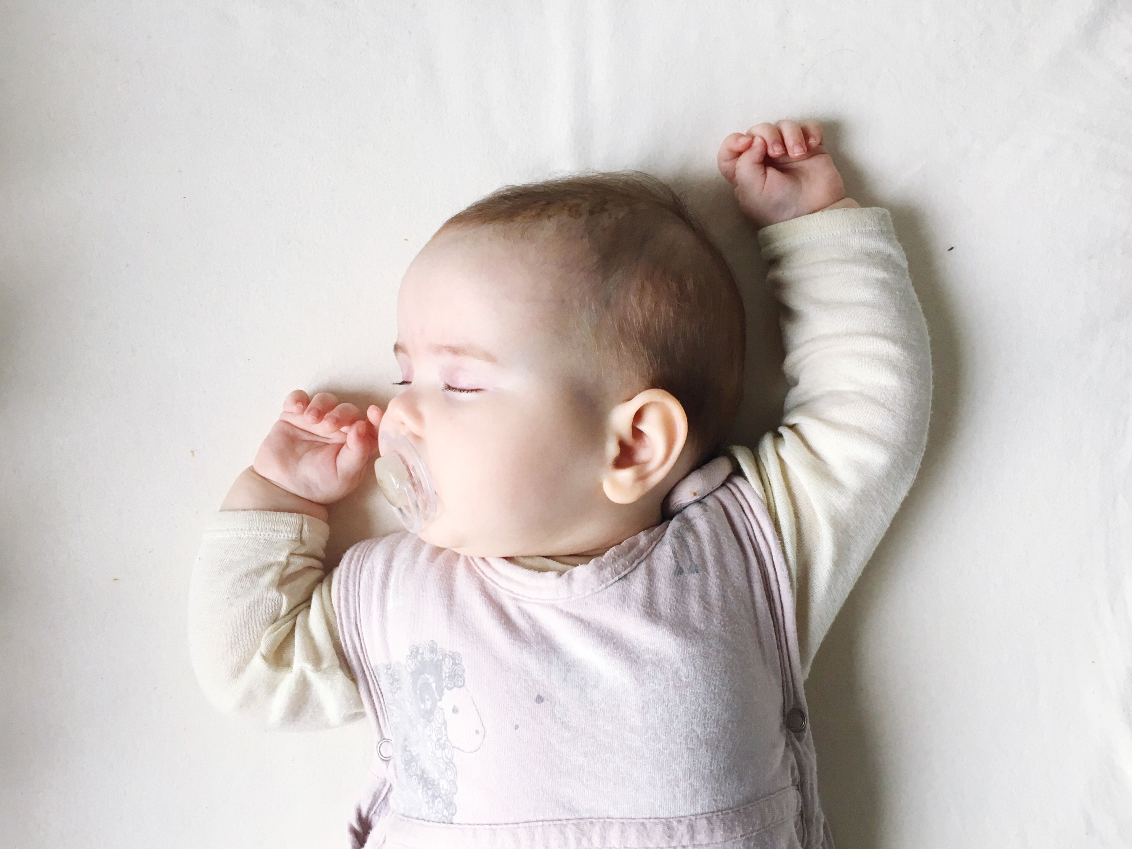Das solltet ihr eurem Baby anziehen, damit es trotz Sommerhitze nachts gut