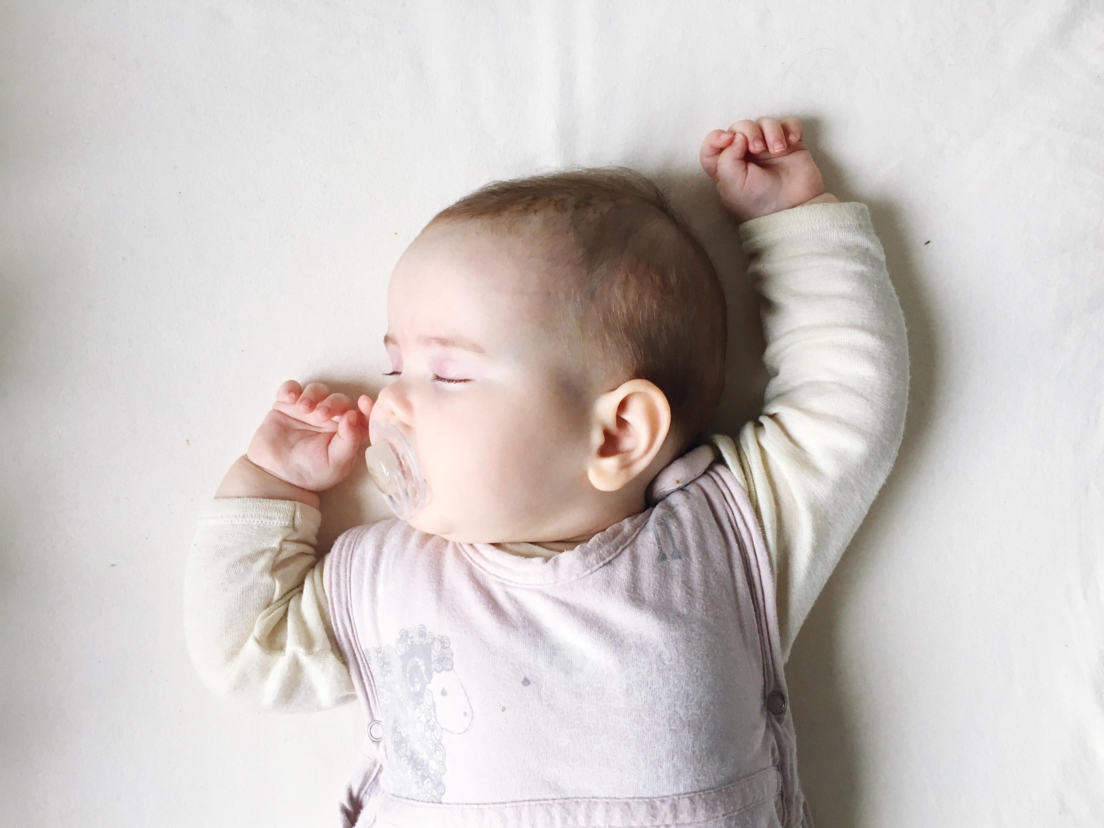 In den ersten paar Lebensmonaten können Babys ihre Körpertemperatur noch nicht selbst