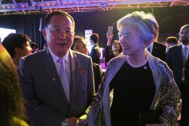 3일 저녁 싱가포르 엑스포 컨벤션센터에서 진행된 아세안지역안보포럼(ARF) '갈라 만찬'에서 만난 강경화 외교부 장관(오른쪽)이 리용호 북한 외무상과 얘기를 나누고