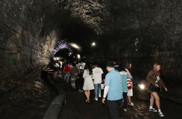 지난 16일 제주시 구좌읍 만장굴에서 관광객들이 시원한 동굴을 걸으며 더위를 피하고