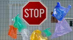 H χρέωση της πλαστικής σακούλας δεν «περνάει» στη