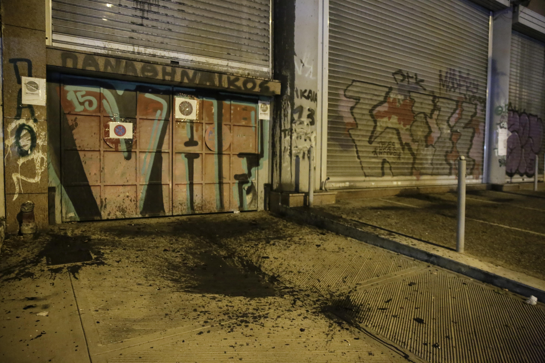 Μέλη του Ρουβίκωνα έριξαν μπογιές σε κτίριο του Υπ. Υποδομών σε ένδειξη διαμαρτυρίες για τους νεκρούς στις